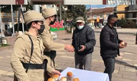 Tokat'ta asker kıyafetli 15 yaşındaki çocuklar, halka üzüm hoşafı dağıttı