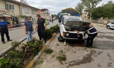 Aydınlatma direğine çarpan kamyonetin sürücüsü yaralandı