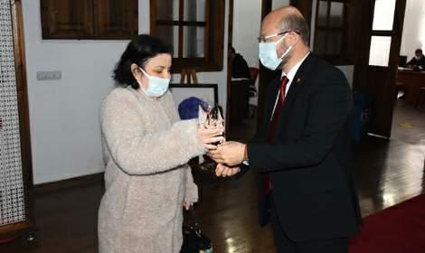 Başkan Özcan'dan, 8 Mart'a karanfilli kutlama