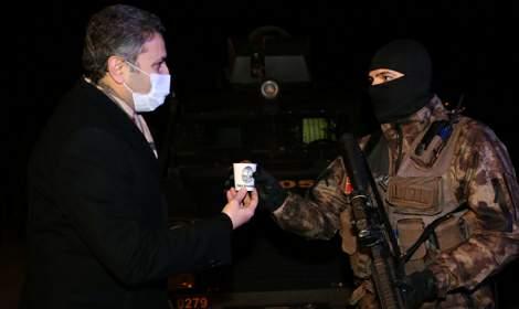 Tokat'ta başkandan kısıtlamada güvenlik güçlerine kestane ikramı