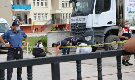 Çöp kamyonu 2 kişiyi 10 metre sürükledi