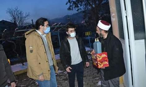 Gençlerden camilere dezenfektan desteği