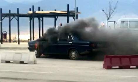 Park halindeki otomobilde çıkan yangın paniğe neden oldu