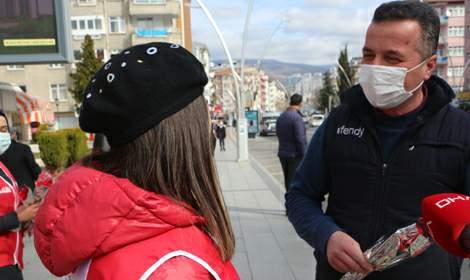Kadın cinayeti işlenmeyen Tokat'ta, erkeklere teşekkür karanfili