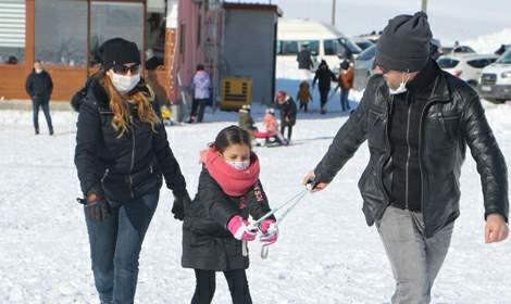 Tokat'taki kayak merkezinde hafta sonu yoğunluğu; kazalar kamerada