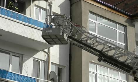 Kedi, mahsur kaldığı balkondan itfaiye merdiveniyle indi