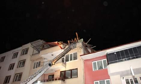 Tokat'ta kuvvetli rüzgarda çatılar uçtu