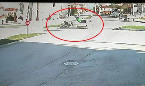 Motosikletin otomobille çarpıştığı kaza kamerada