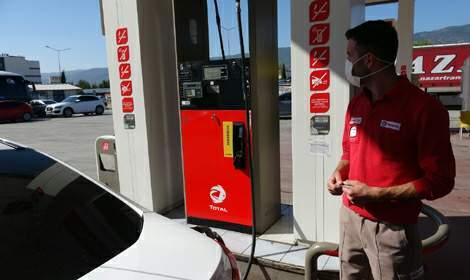 Yabancı uyruklu kadın benzinlikte kendi otomobilini tekmeledi