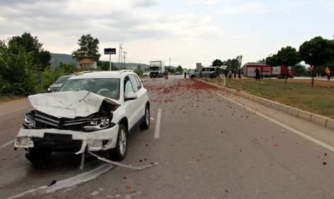 Tokat'ta otomobil, çilek yüklü minibüse çarptı: 5 yaralı