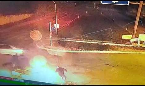 Otomobil alev aldı, içindekiler panikle kaçıştı; o anlar kamerada