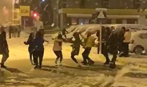 Tokat'ta kar yağışına oyun havasıyla kutlama