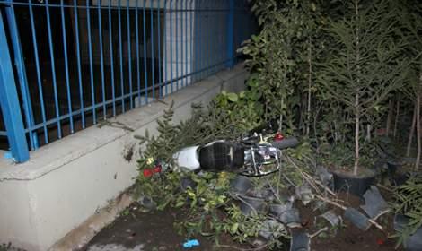 Şehitlik duvarına çarpan motosiklet sürücüsü öldü