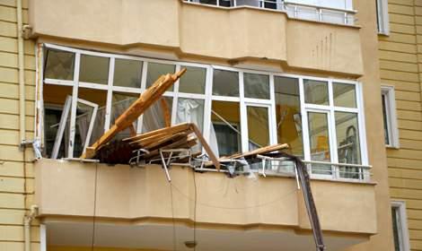 Tokat'ta fırtına; çatılar uçtu, metruk binanın duvarı yıkıldı