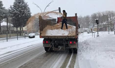 Turhal'da karla mücadele ekipleri yoğun mesaide