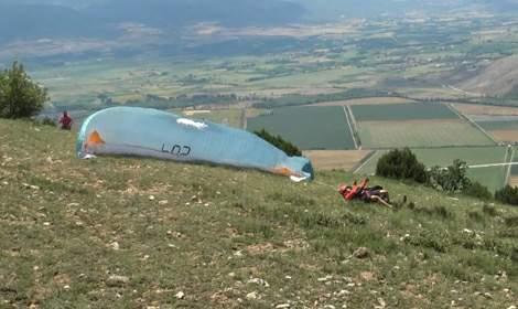 Yamaç paraşütçüsü, kalkış sırasında düşüp kolunu kırdı