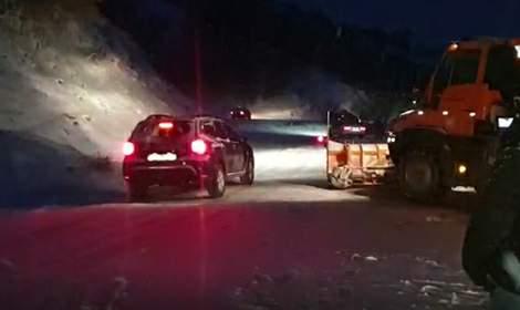 Yayla yolunda kar nedeniyle mahsur kalan araçlar kurtarıldı
