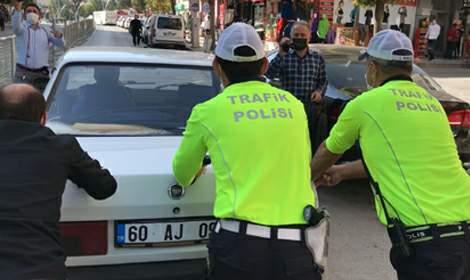 Yolda kalan otomobili, polis müdürü itti