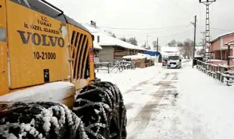 Yolu kardan kapanan köyde hastaya ulaşmak için seferberlik
